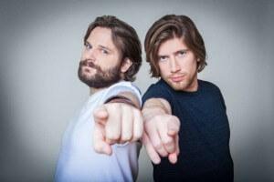 Die Youtube Lets-Player Gronkh und Sarazar zeigen mit dem Finger auf den Betrachter