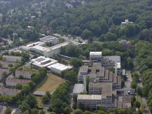 Das BKA könnte durch die Vorratsdatenspeicherung kaum zusätzliche Ermittlungserfolge feiern. Hauptquartier des BKA in Wiesbaden von Xavax   Quelle wikicommons