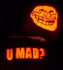 """Internettroll mit Aufschrift """"U Mad?"""" (bist du wütend?)"""