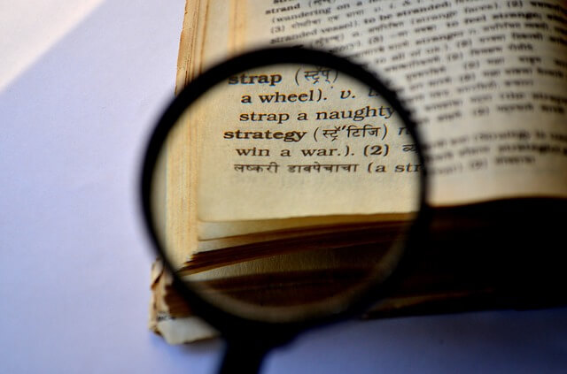Wörterbuch durch eine Lupe betrachtet
