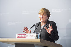 Bundeskanzlerin Angela Merkel bei ihrem Grußwort anlässlich des Jahresempfangs der privaten Banken am 15. April 2013 in Berlin von Jochen Zick, Action Press Quelle: Wikicommons