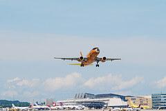 Ein Germanwings Flugzeug beim Start über einem Flugplatz