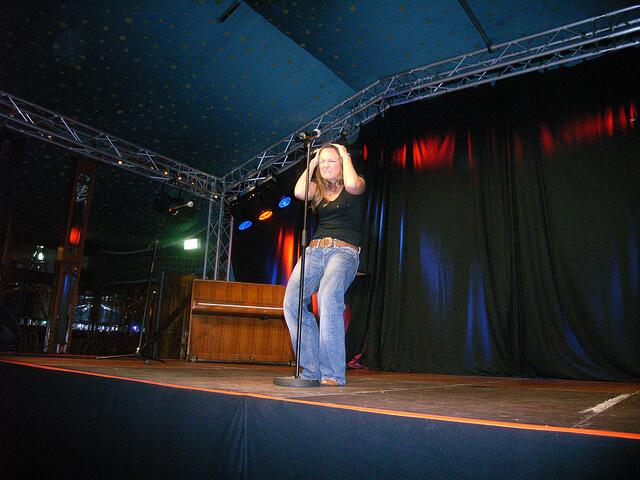 Carolin Kebekus macht Faxen auf der Bühne