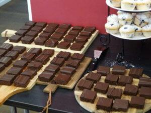 Buffet: Teller mit Brownies und kleinen Törtchen