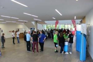Die Eingangshalle des zentralen Hörsaal- und Seminargebäudes voll mit Teilnehmer